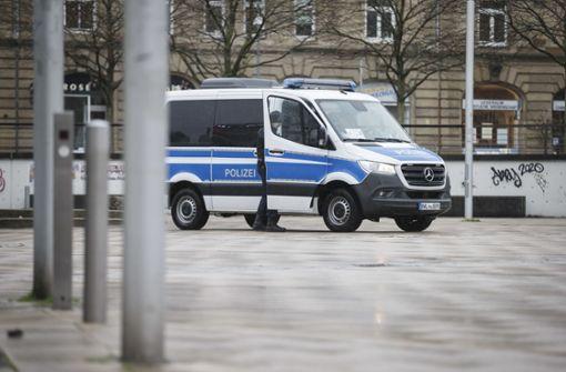 Mannschaftswagen der Polizei mit Steinen beworfen