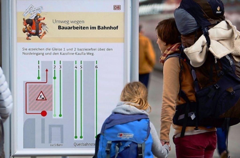 Auf Tafeln am Stuttgarter Hauptbahnhof sind die Umwege eingezeichnet. Foto: Michael Steinert