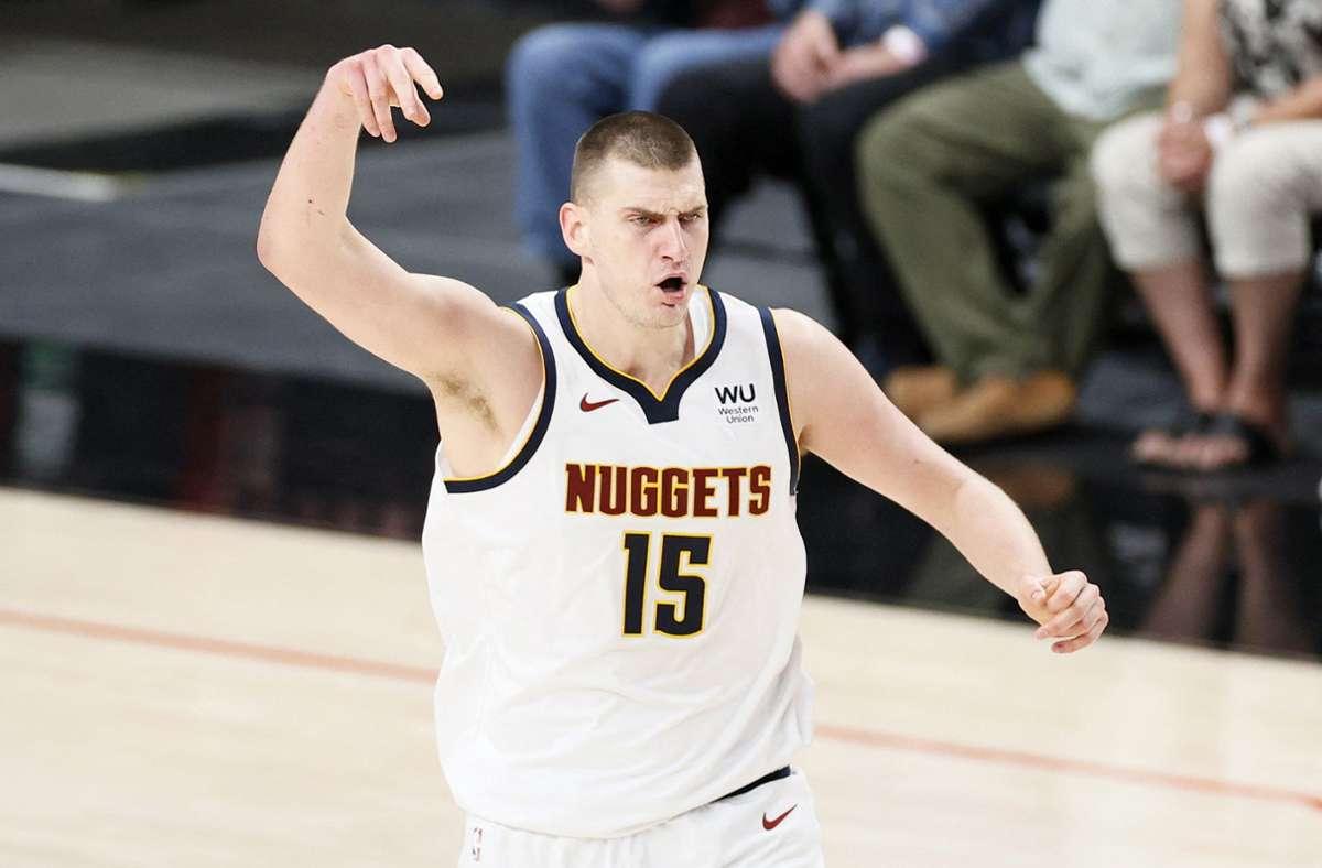 Große Ehre für Nikola Jokic von den Denver Nuggets. Foto: AFP/STEPH CHAMBERS