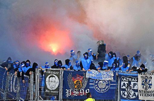 Die Fans des Karlsruher SC (hier beim Spiel in Stuttgart am 9. April) beschäftigen die Polizei in besonderem Maße. Foto: dpa