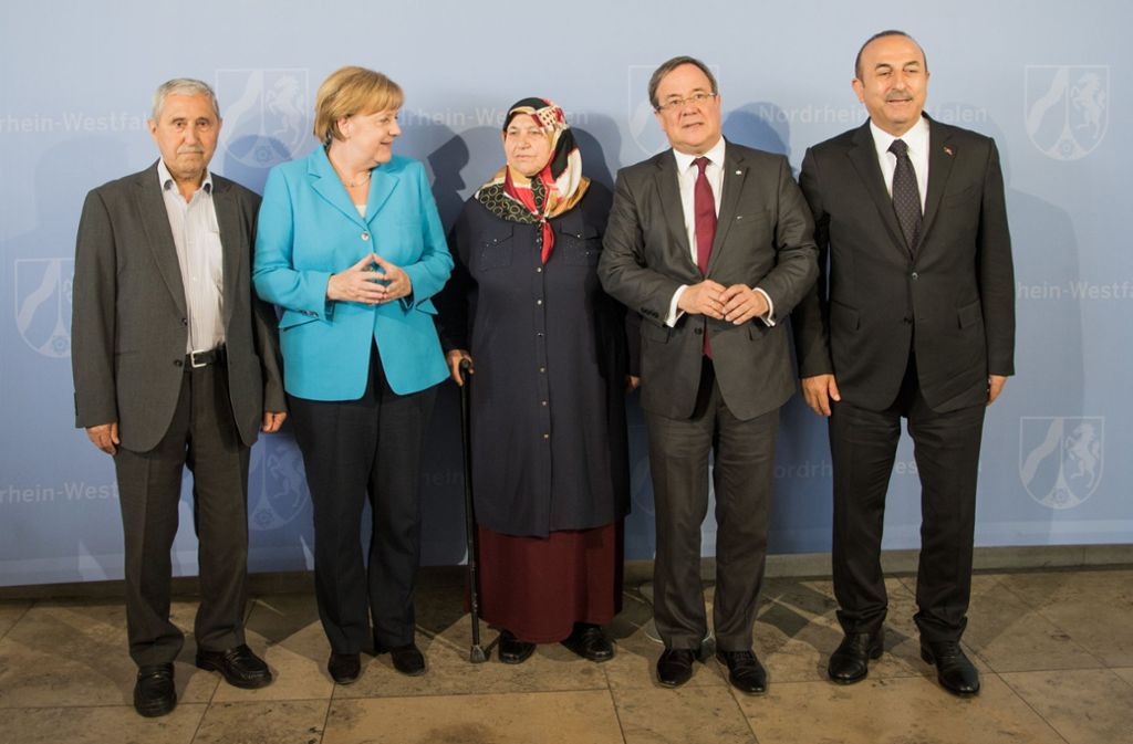 Angela Merkel Neben Mevlude Genc Die Bei Dem Anschlag Vor 25 Jahren Zwei Tochter Zwei Enkelinnen Und Eine Nichte Verlor Stuttgarter Zeitung