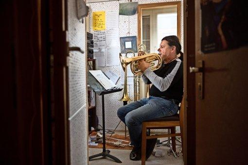 Eberhard Budziat –  allein im nicht so wirklich  stillen Kämmerlein. Die Sinfonie wird dann    mit seiner Bigband aufgeführt. Foto: Frank Eppler