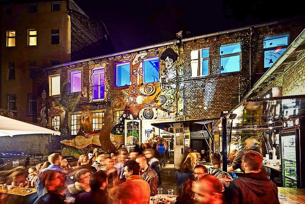Im Mannheimer Szeneviertel Jungbusch (links) wird im Sommer open air gefeiert, in den Clubs geht es bis tief in die Nacht rund. Foto: Adobe Stock/nagaets, Ben van Skyhawk