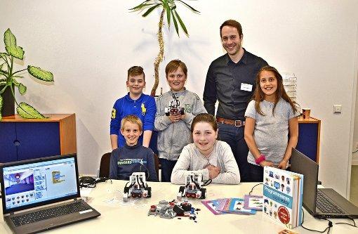 Gemeinsam mit dem Bildungsreferenten des Landesmedienzentrums Stuttgart (LMZ) Frank Wagner präsentierten Gaisburger Viertklässler beim Medienkompetenztag ihre selbst gebauten Roboter. Foto: Fatma Tetik