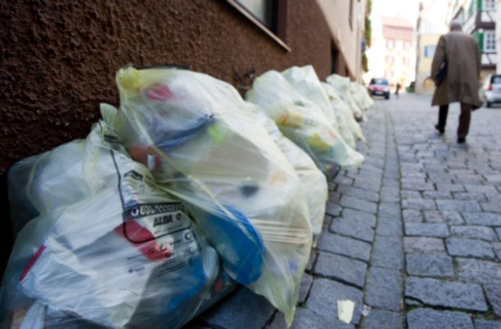 Nur 20 Prozent der Wertstoffe in den Gelben Säcken werden auch sinnvoll wiederverwertet, sagt Umweltminister Franz Untersteller. Der Grünen-Politiker will das ändern. Foto: dpa
