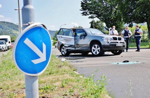 Renault-Fahrer missachtet rote Ampel und rammt BMW