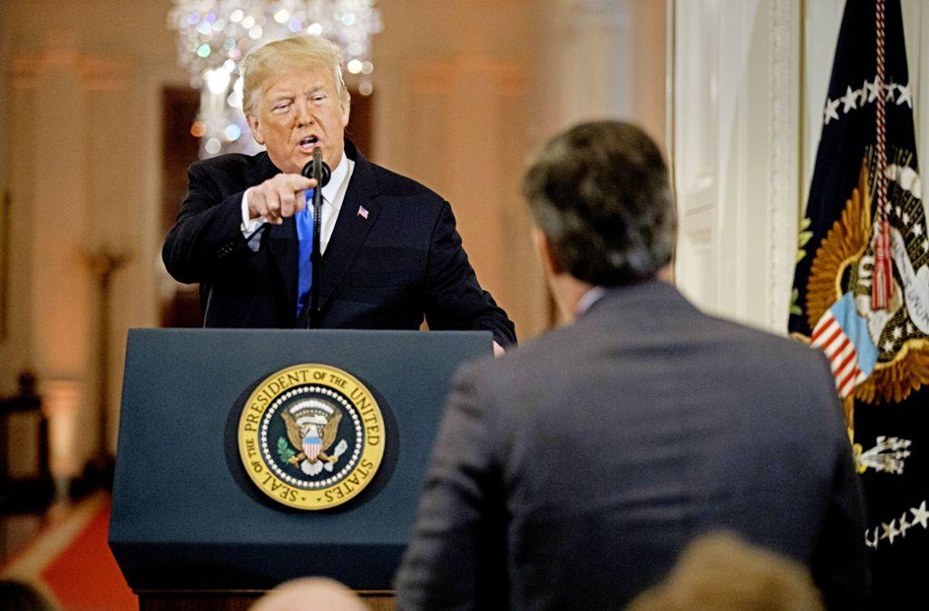 Donald Trump im Streit mit CNN-Reporter Jim Acosta – die Presse ist sein Feind. Foto: AP