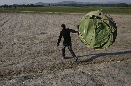 Migranten bewerfen Vizeminister mit Müll