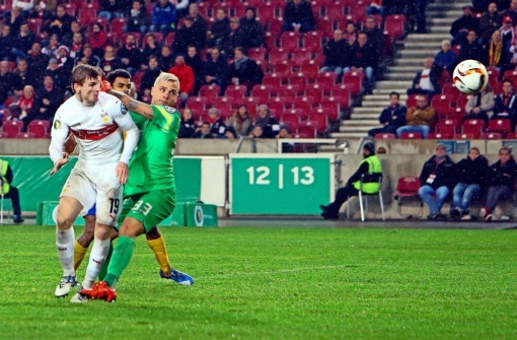 Duell in der 99. Minute: der VfB-Stürmer Timo Werner (links) ist vor Braunschweigs Torhüter Rafal Gikiewicz am Ball und köpft zum  zwischenzeitlichen 2:1 ein. Foto: Baumann