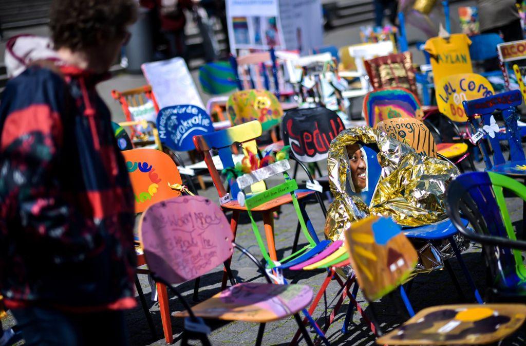 1000 Stühle, auf unterschiedlichste Weise bemalt oder beklebt, haben am Mittwoch den Stuttgarter Rathausplatz geschmückt Foto: Lichtgut/Max Kovalenko