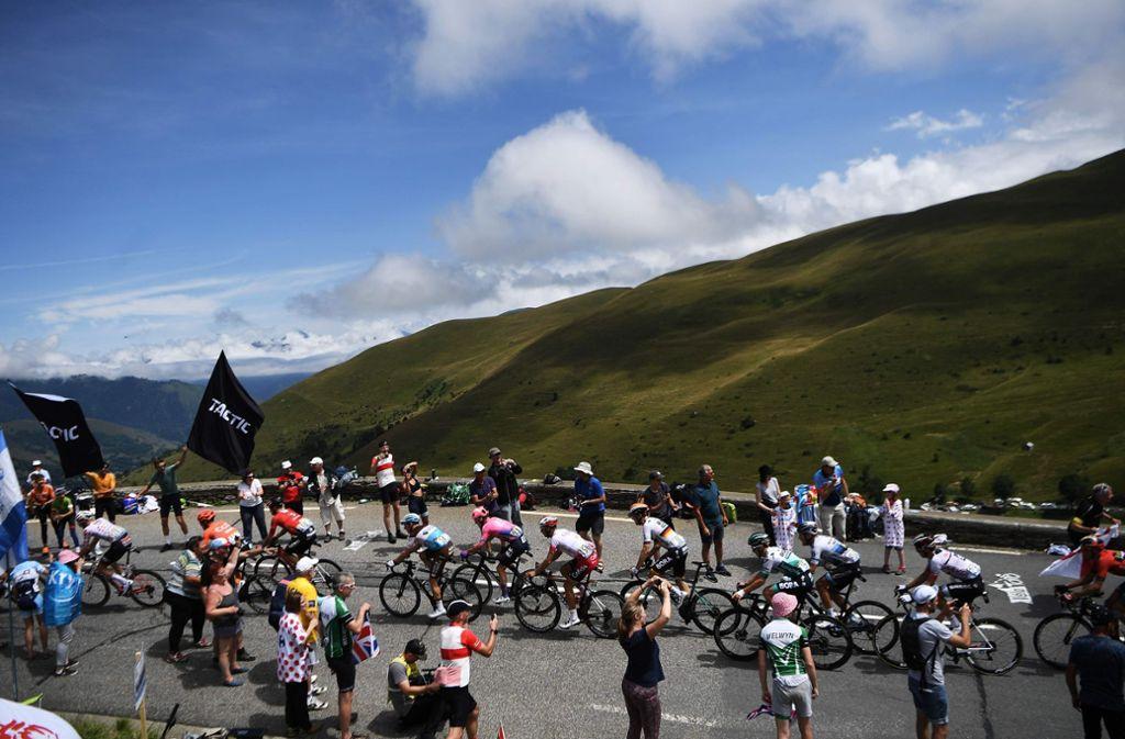 Die Pyrenäen liegen hinter den Radprofis – doch jetzt geht es bei der Tour de France in die Alpen. bei brütender Hitze. Foto: AFP