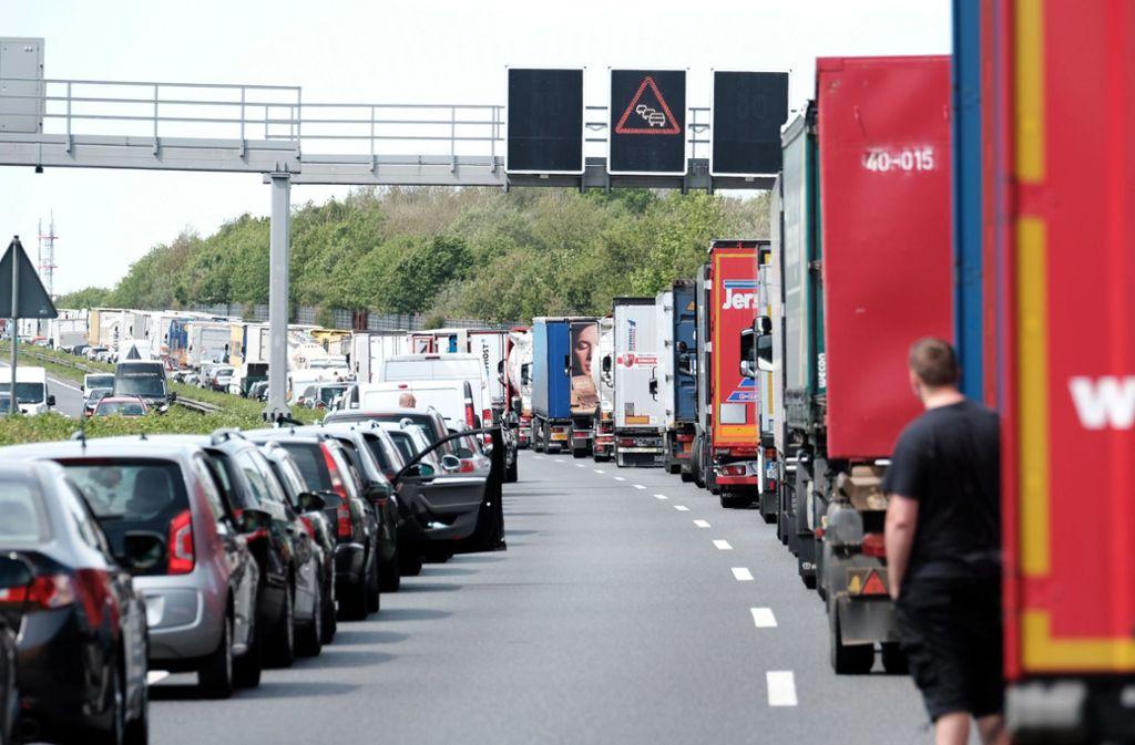 So vorbildlich wie hier klappt es mit der Rettungsgasse auf deutschen Autobahnen nur selten. Foto: dpa/Peter Steffen
