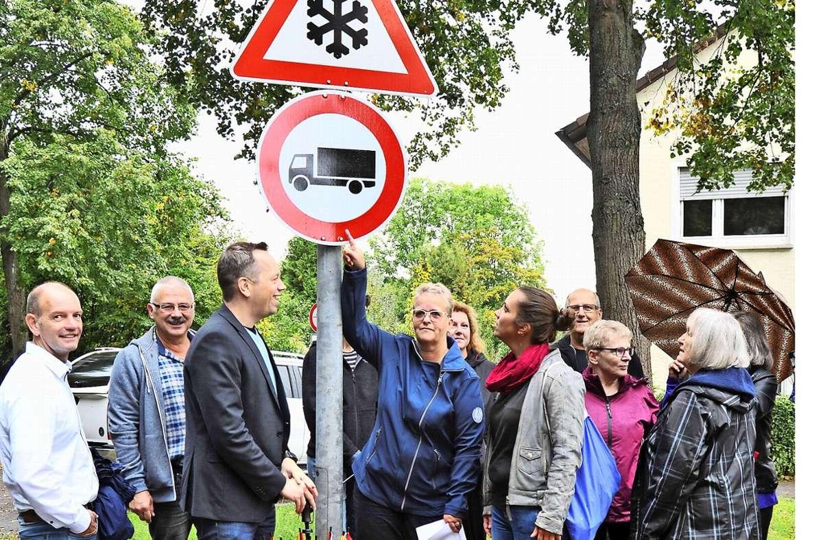 Ziemlich sauer: Bewohner der Mutzenreisstraße beschweren sich über den Lasterverkehr. Foto: Andreas Kaier