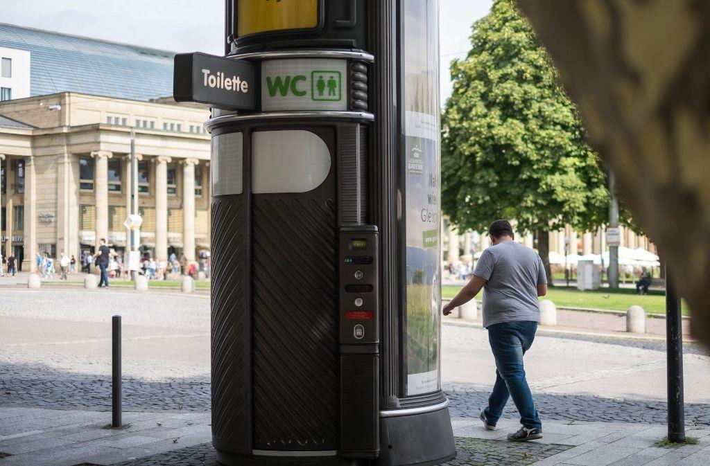 Not-Hilfe an zentraler Stelle: eine vollautomatische WC-Säule an der Planie. Foto: Lichtgut/Max Kovalenko