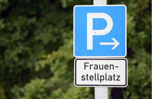Schilder für Frauenparkplätze im öffentlichen Raum nicht zulässig