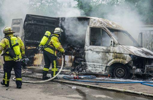 Flammen schlagen aus Paketdienstauto