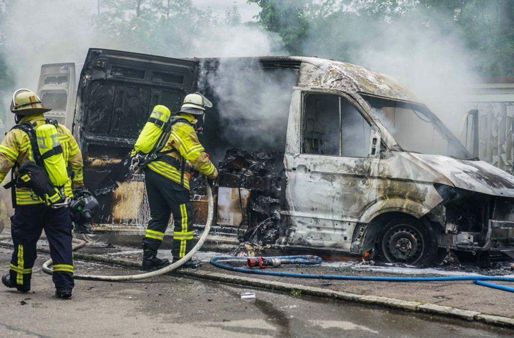 Die Feuerwehr kann nicht verhinder, dass das Fahrzeug komplett ausbrennt. Foto: