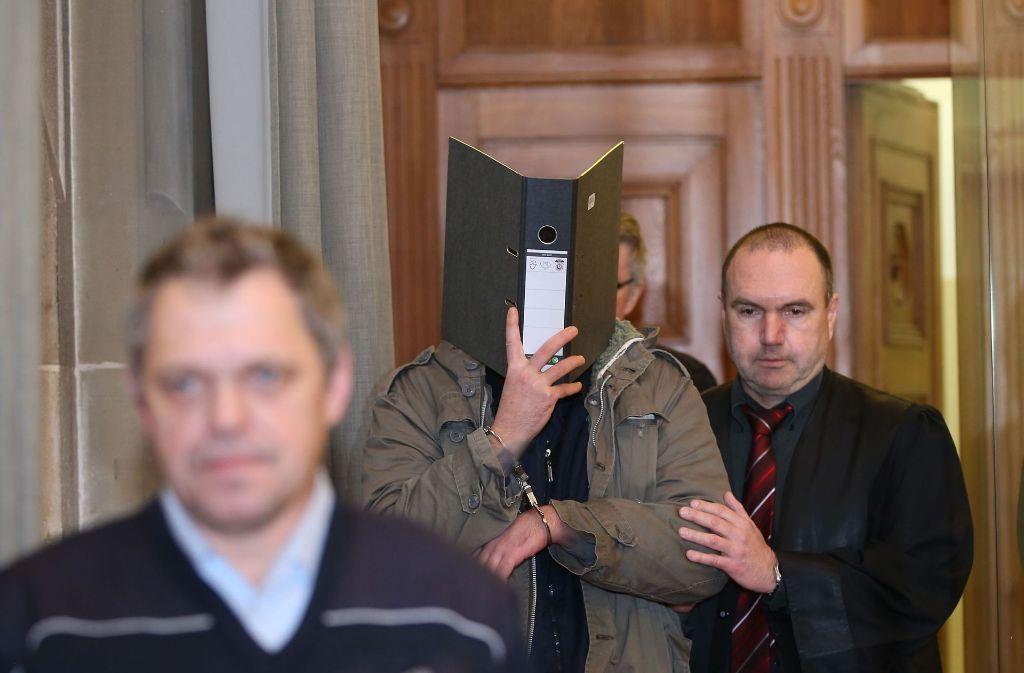 Der Mordprozess im Landgericht Tübingen geht weiter. Der Angeklagte spricht von einer Stimme in seinem Kopf. Foto: DPA