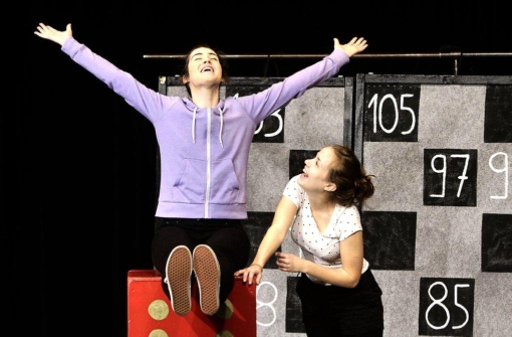 """""""Wir sind Superhelden"""" – Lucy (Mairi Jack, links) und Lisa (Rebecca Newmann) trinken, um Spaß zu haben. Foto:"""