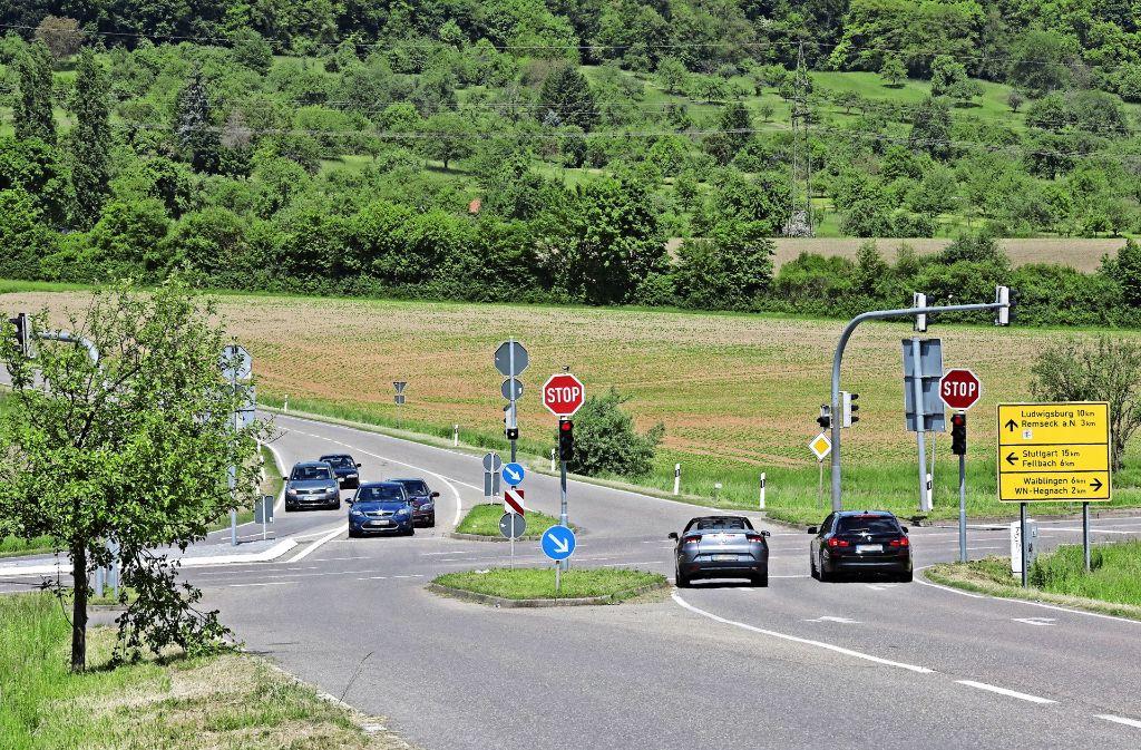 Eine Straße zwischen Wiesen und Feldern: Der Nord-Ost-Ring sollte die Verbindung zwischen Kornwestheim und Waiblingen entlasten. Foto: Patricia Sigerist