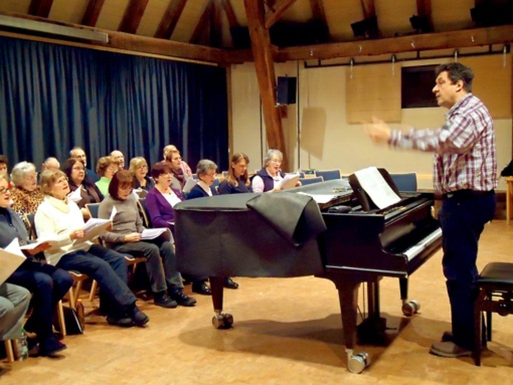 Dirigent Klaus Breuninger gibt nicht nur den Takt vor. Foto: Ina Schäfer