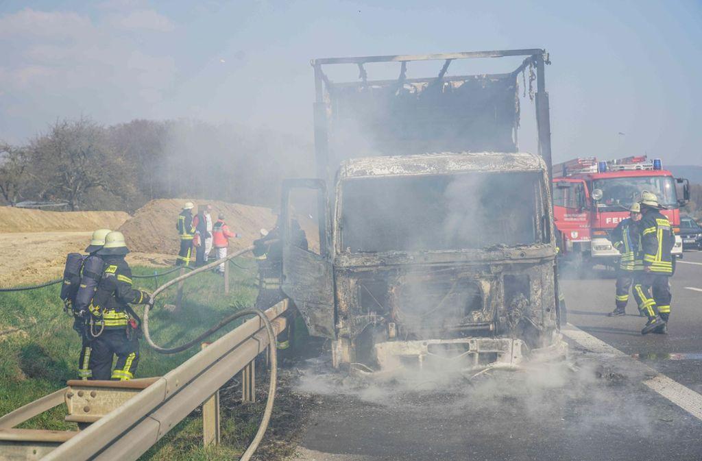 Der Lkw geriet auf der A8 gegen 16 Uhr in Brand. Foto: SDMG