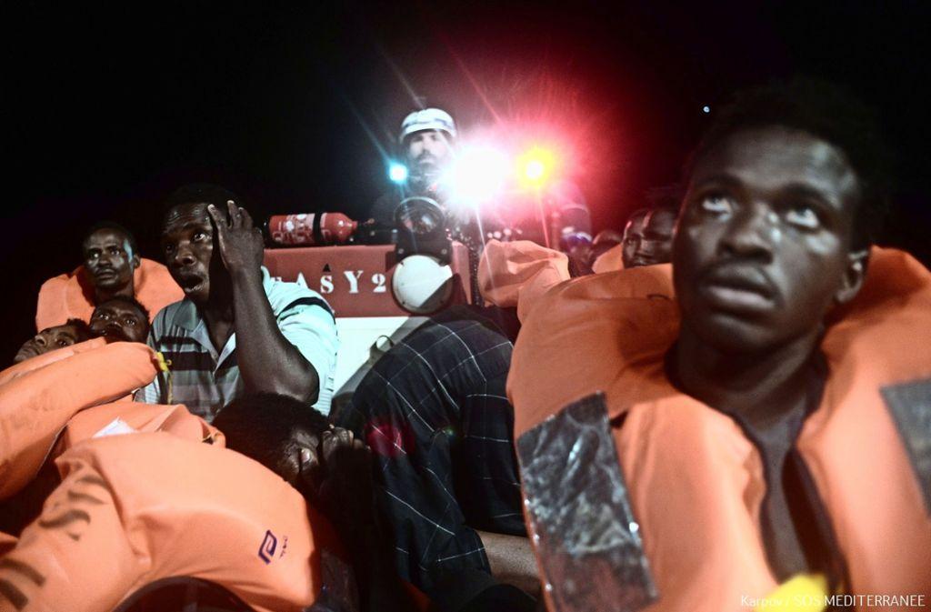 """Flüchtlinge werden am vergangenen Samstag  vom Rettungsschiff """"Aquarius""""    aufgenommen –  mehrere Tage lang findet es keinen   Hafen Foto: AFP"""