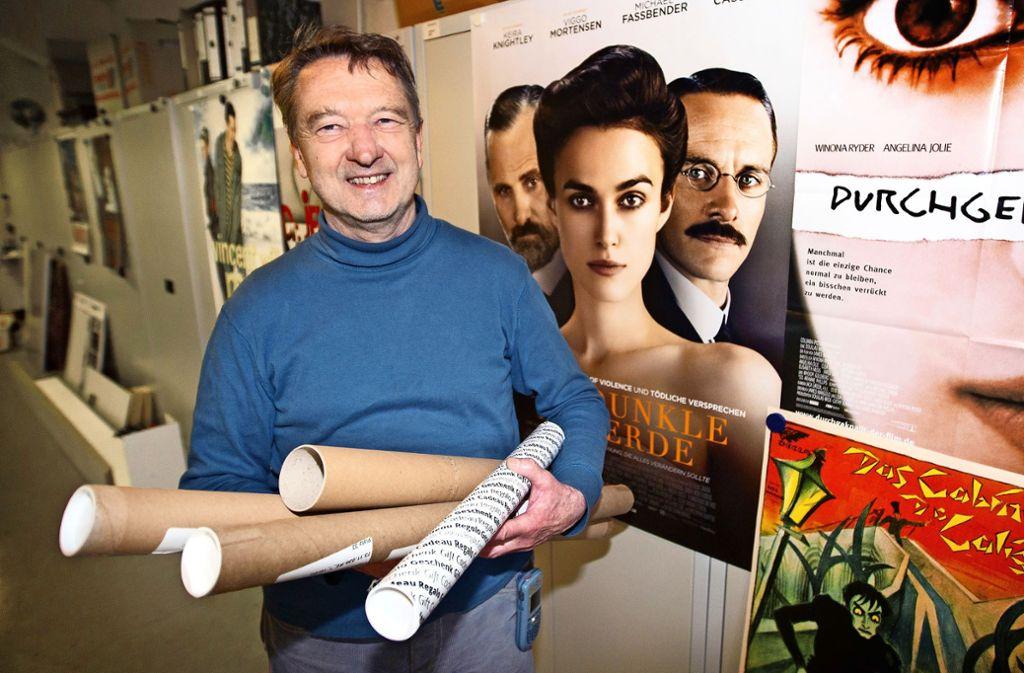Rolf Brüggemann umgeben von Plakaten von Psychiatriefilmen Foto: Ines Rudel/Ines Rudel