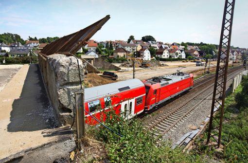 Die alte Bahnbrücke wird abgerissen