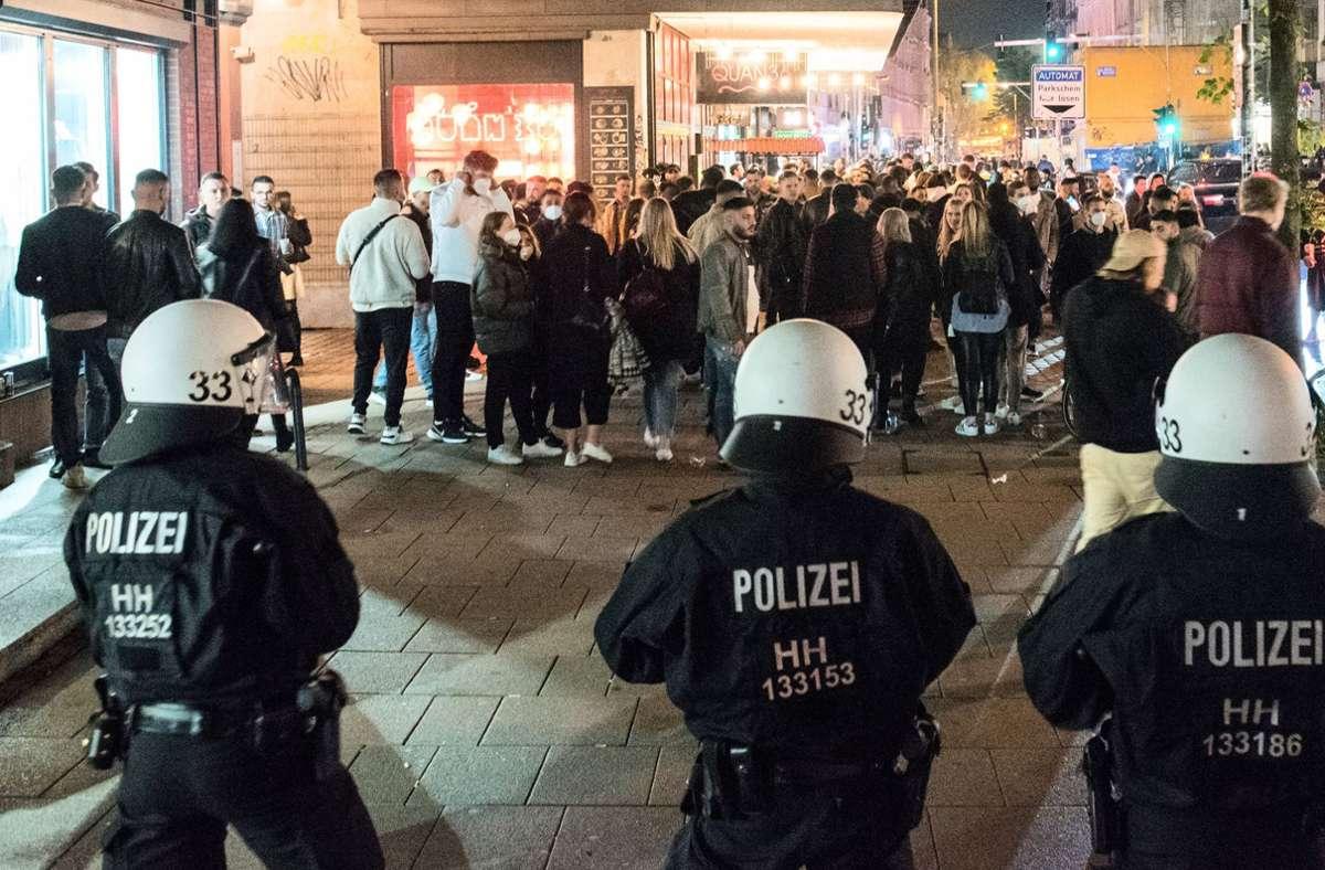 Als die Polizei auch im Schanzenviertel gegen die Feiernden durchgriff, kam es zu Flaschenwürfen auf die Beamten. Foto: dpa/Daniel Bockwoldt