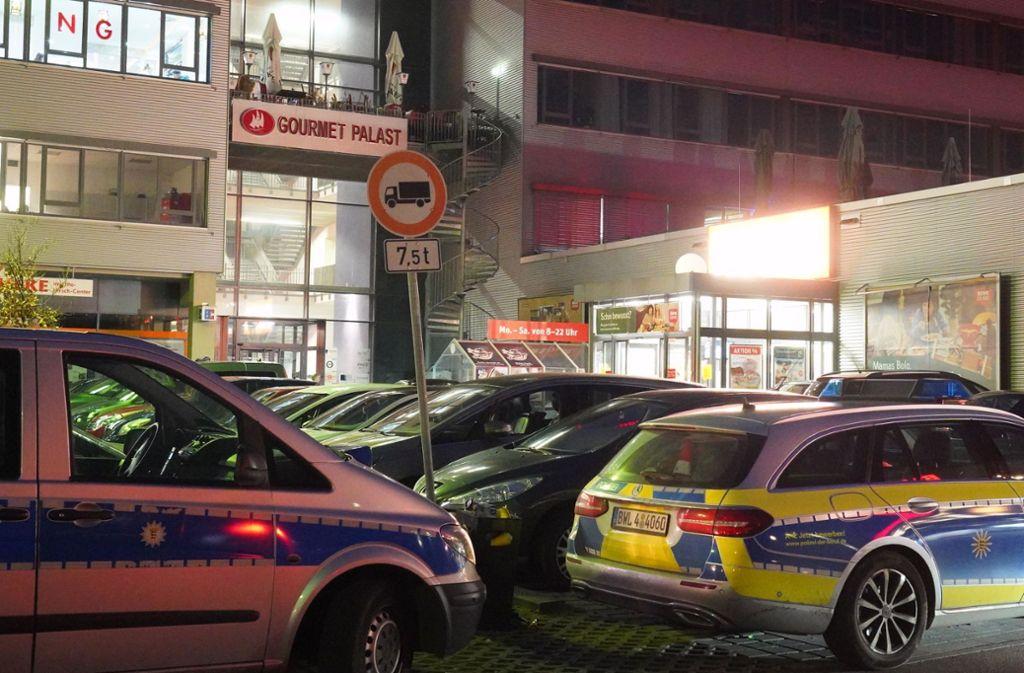 Zeugen haben laut Polizei beobachtet, wie Unbekannte bereits gegen Mitternacht auf die Shisha-Bar in Stuttgart gefeuert haben sollen. Foto: Fotoagentur-Stuttgart/Andreas Rosar