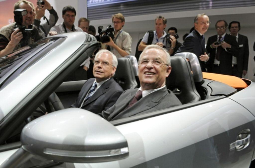 Ulrich Hackenberg und Martin Winterkorn (v. l.) auf einem Archivbild von der Auto Show in Detroit 2009. Foto: dpa