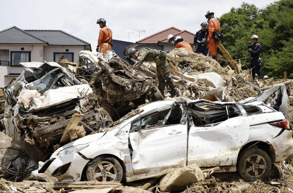 Chaos nach der Flut: Aufräumarbeiten in Japan. Foto: AP
