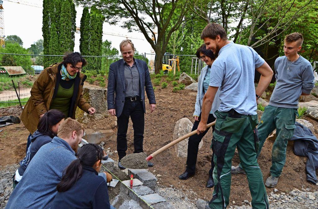 Volker Schirner mit Dorothee Batz (l.) und Christiane Yamakoshi (2.v.r.) vom japanischen Honorarkonsulat lassen sich die Bauarbeiten zeigen. Foto: Fatma Tetik