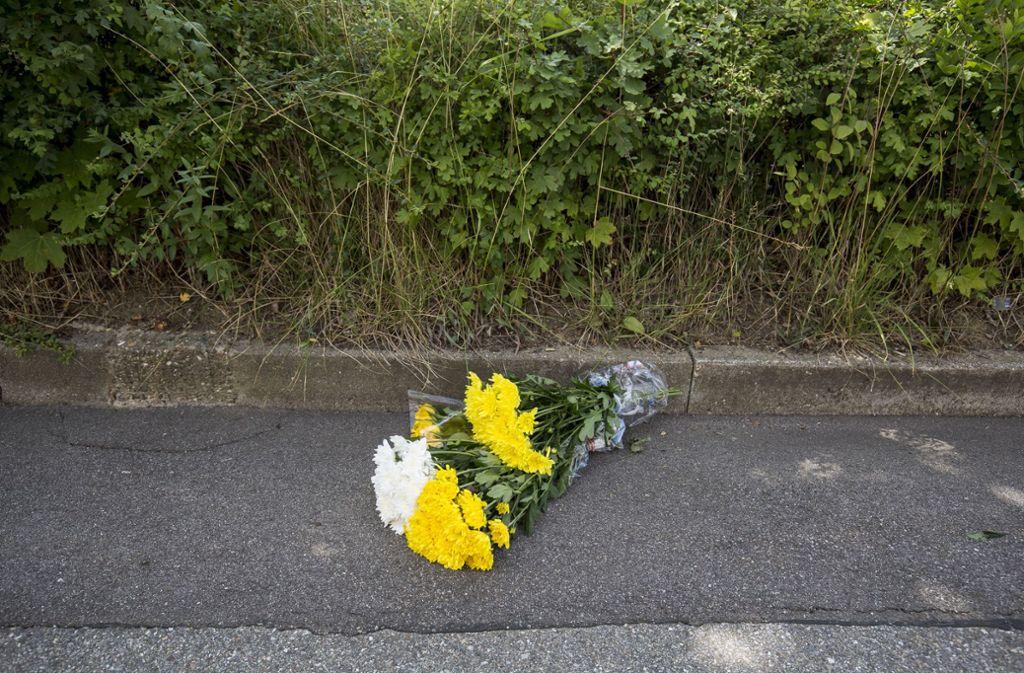 Blumen am Tatort im Fasanenhof in Stuttgart. Foto: Leif Piechowski