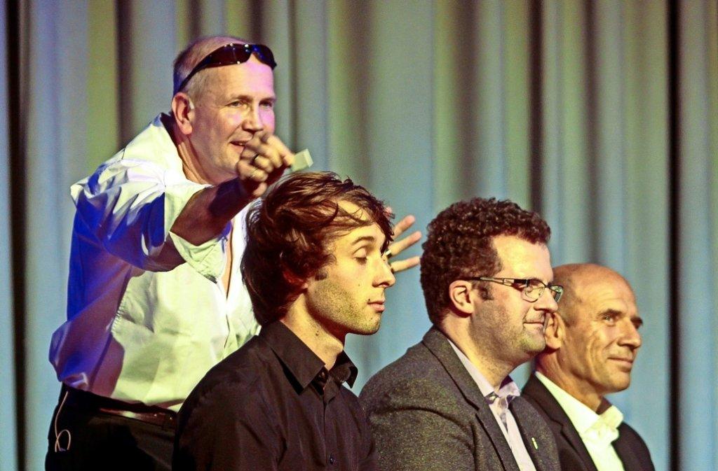 Der Magier Lutz Fischer versucht sich  im Münchinger Widdumhof in Gedankenlesen, unter anderem bei Bürgermeister Joachim Wolf (rechts). Foto: factum/Granville