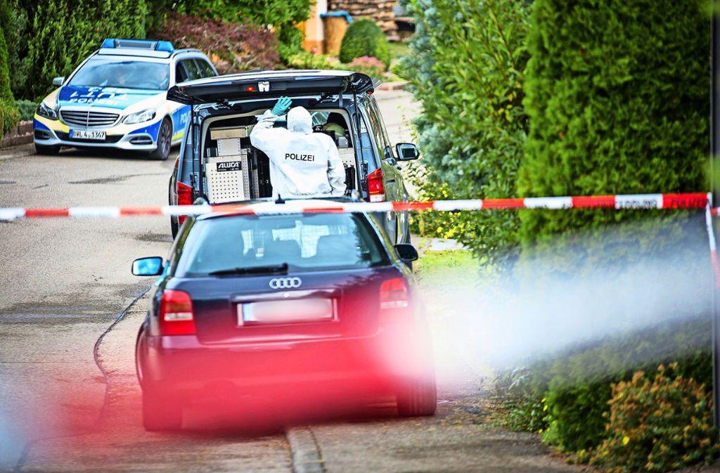 Die Spezialkräfte der Polizei sichern nach dem Familiendrama die Spuren. Foto: dpa