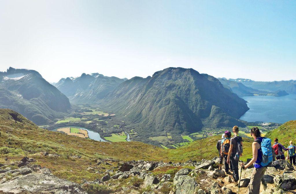 Das Panorama vom Romsdalseggen ist grandios, an sonnigen Tagen ist auf dem Berg daher viel los. Foto: Gabriele Kiunke