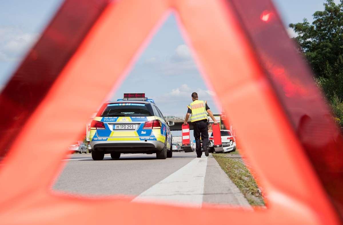 Durch den Unfall staute sich  Verkehr auf der A8 in Fahrtrichtung Karlsruhe. (Symbolfoto) Foto: picture alliance/dpa/Julian Stratenschulte