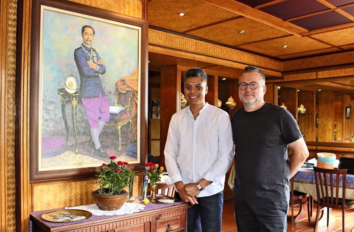 """Mario Wiese (rechts) und sein Ehemann Tanawat """"Nui"""" Supephankoy haben zum 1. Juli das thailändische Lokal Lilavadee in Degerloch übernommen. Foto: Caroline Holowiecki"""