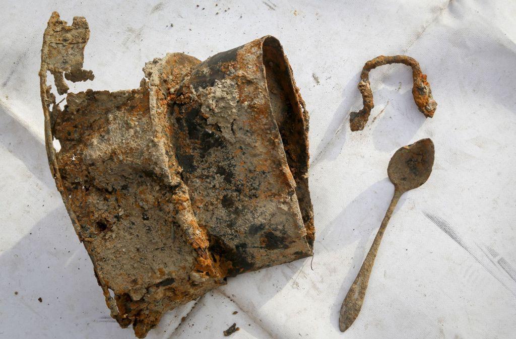 Vermutlich Teile eines Abflussrohres und ein Löffel lagen in der Erde. Foto: factum/Granville