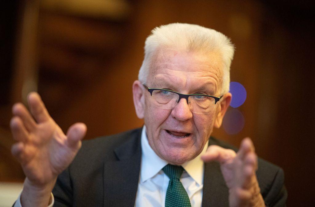 Winfried Kretschmann will dass seine Partei Bündnis 90/Die Grünen ihren Namen erst mal beibehält. (Archivbild) Foto: dpa/Sebastian Gollnow