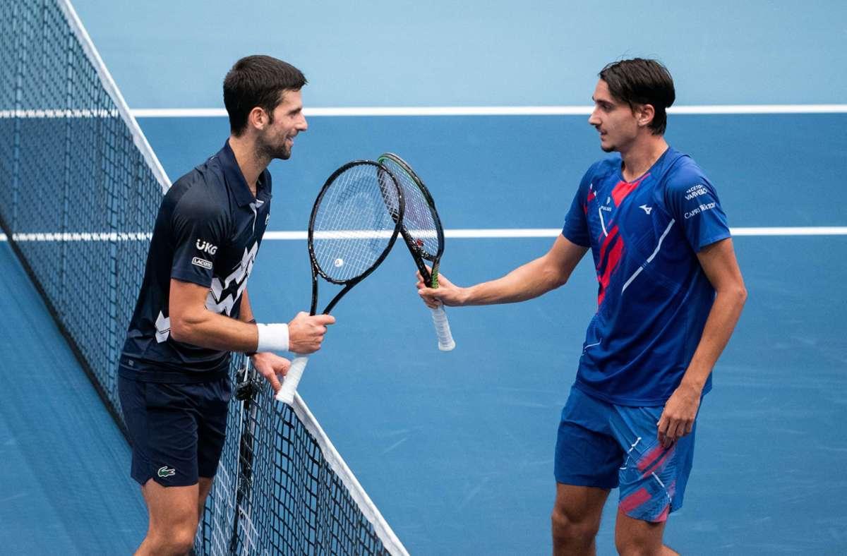 Novak Djokovic (links) musste sich Lorenzo Sonego geschlagen geben. Foto: AFP/GEORG HOCHMUTH