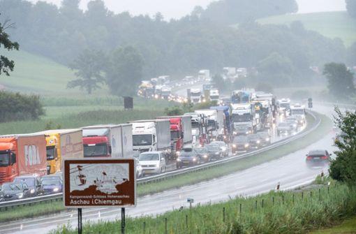 Starkregen führt zu Straßenchaos und Autobahnsperrung