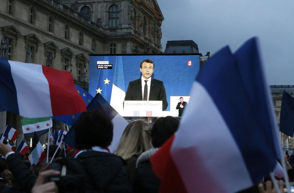 Macron-Anhänger bejubeln Macrons Wahlsieg vor dem Louvre-Museum. Foto: AP