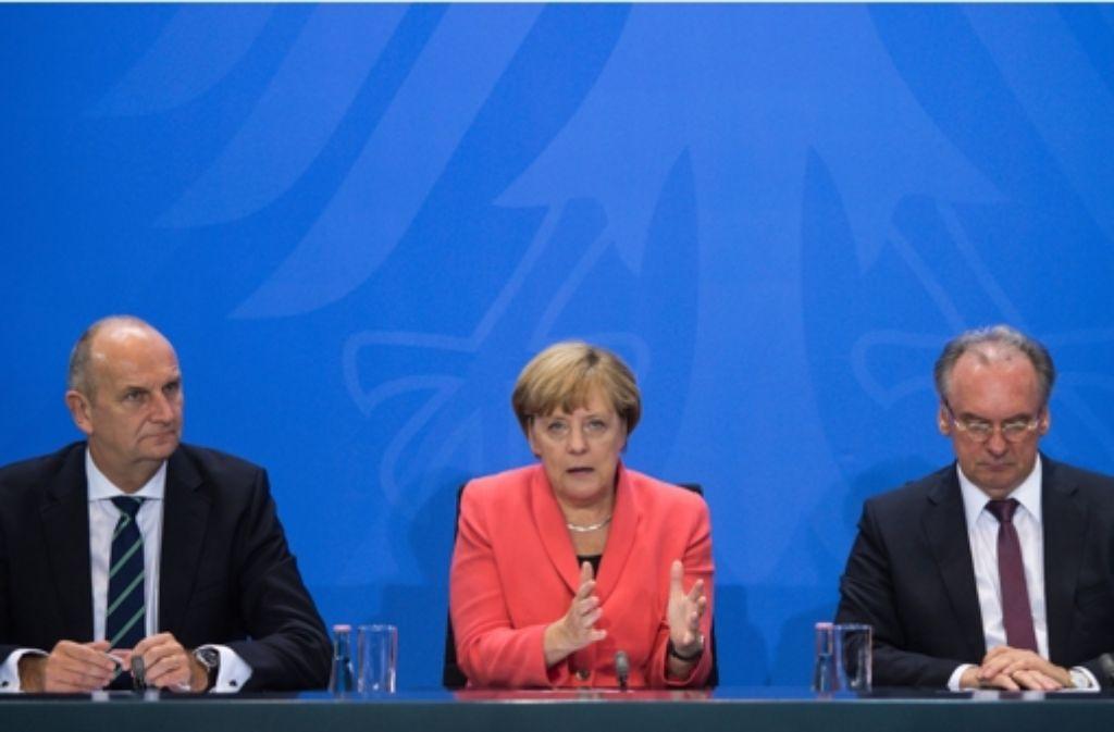 Die Ministerpräsidenten Dietmar Woidke (SPD, Brandenburg, links) und Reiner Haseloff (CDU,  Sachsen-Anhalt) tragen mit Kanzlerin Angela Merkel die Ergebnisse vor. Foto: dpa