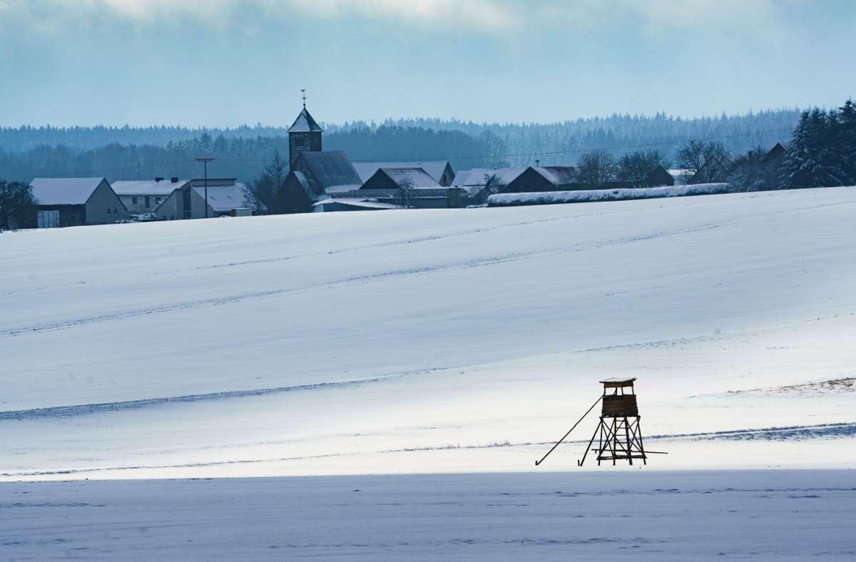 Idyllische Bilder aus Michelstadt in Hessen. Hinter dem Hochsitz eines Jägers ist die Ortschaft Würzberg zu sehen. Foto: dpa/Frank Rumpenhorst