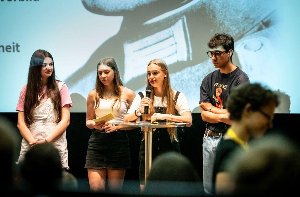 Drei Schülerinnen und ein  Schüler des Ferdinand Porsche-Gymnasiums erzählen nach dem Film von ihren Eindrücken an der Wolfsschanze. Foto: Lichtgut/Julian Rettig