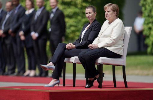 Kanzlerin absolviert Begrüßung nach Zitteranfällen teilweise im Sitzen