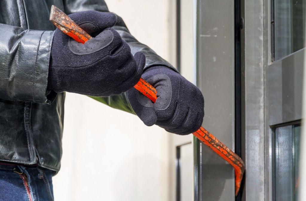 In das Hotel gelangten die Einbrecher durch die aufgehebelte Haupteingangstür. (Symbolbild) Foto: shutterstock/sdecoret